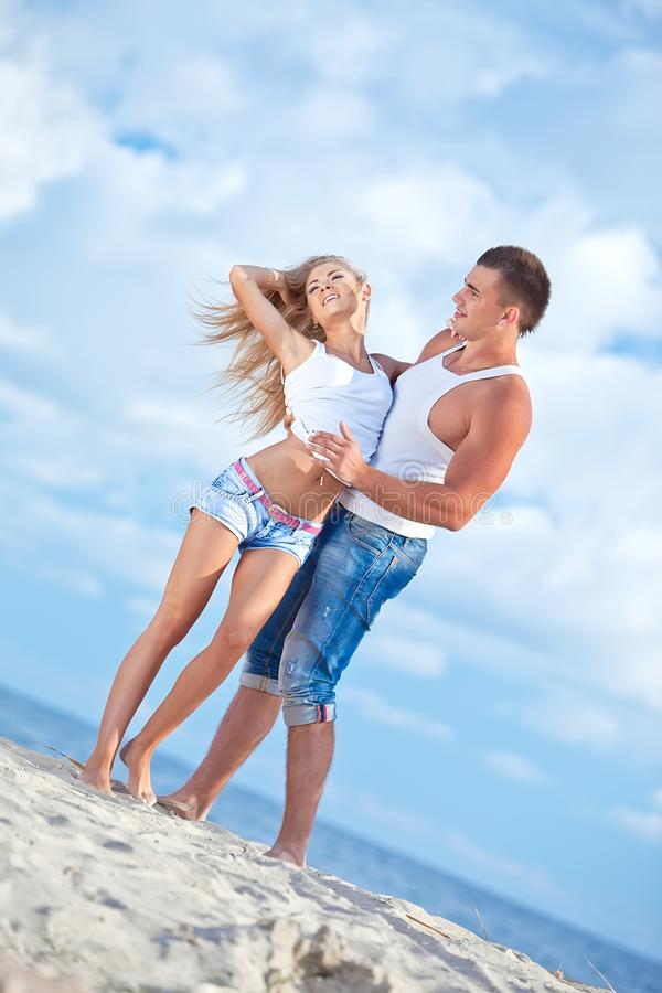 Jeunes couples sur la plage photographie stock libre de droits