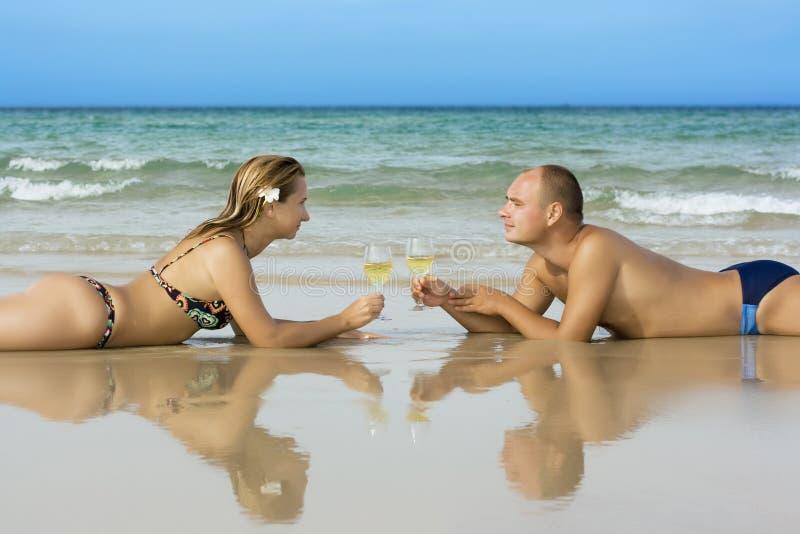 Jeunes couples sur la plage photos stock