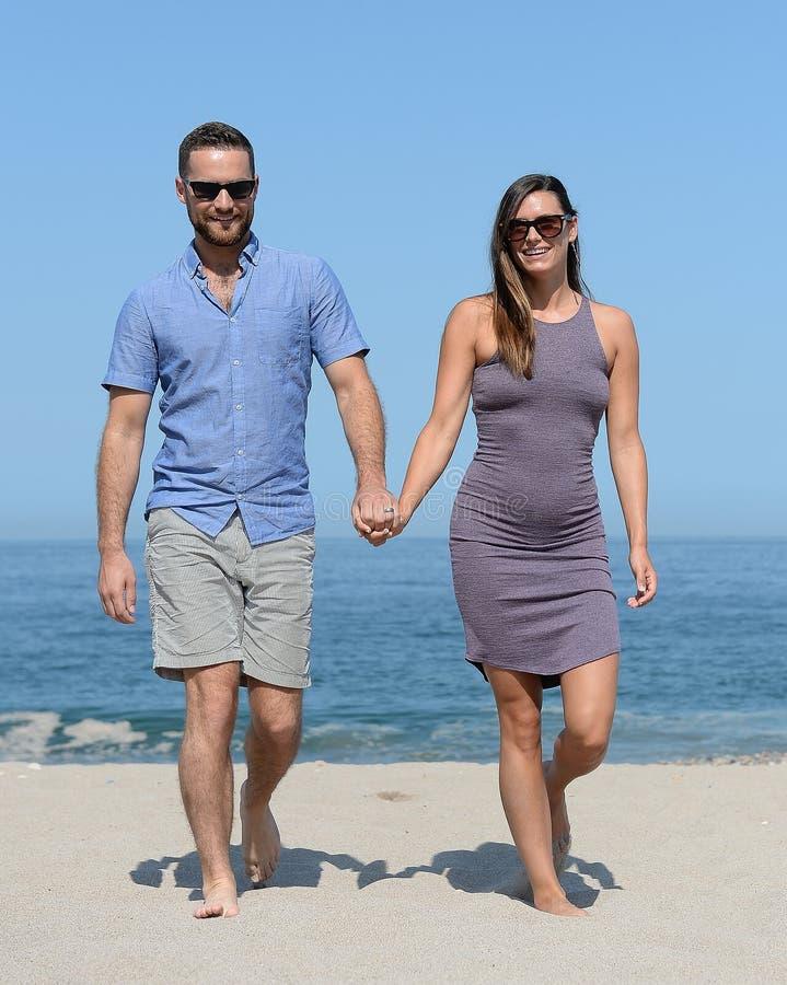 Jeunes couples sur la plage sablonneuse image stock