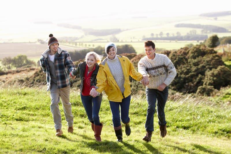 Jeunes couples sur la promenade de pays photo libre de droits