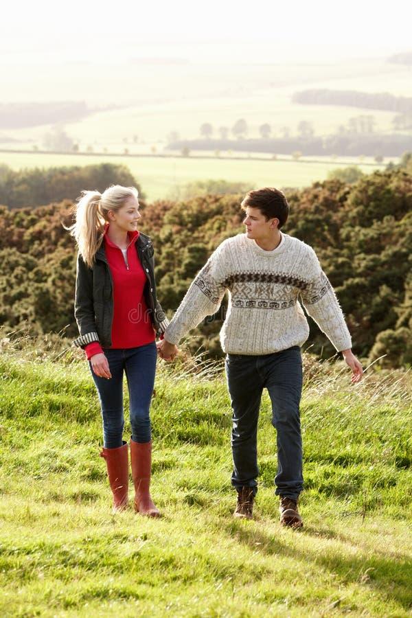 Jeunes couples sur la promenade de pays images stock