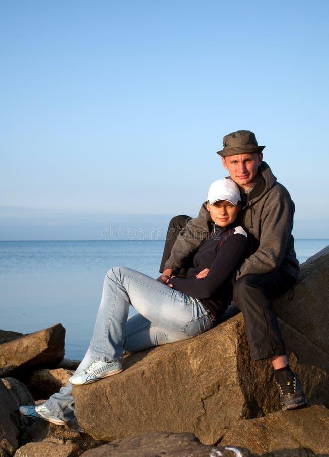 Jeunes couples sur le bord de la mer photo libre de droits