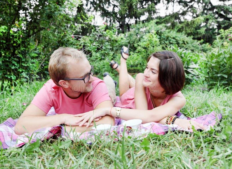 Jeunes couples sur le pique-nique images libres de droits