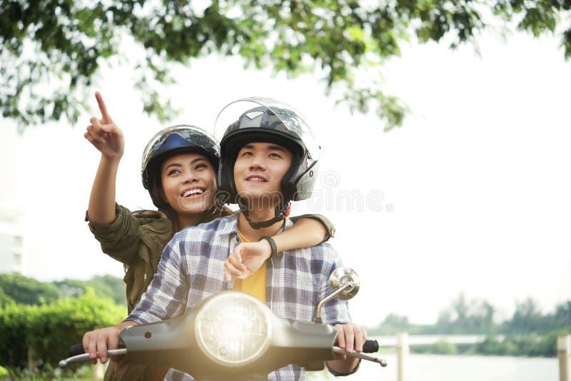 Jeunes couples sur le scooter image libre de droits