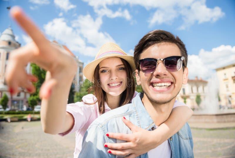 Jeunes couples sur le scooter photos stock