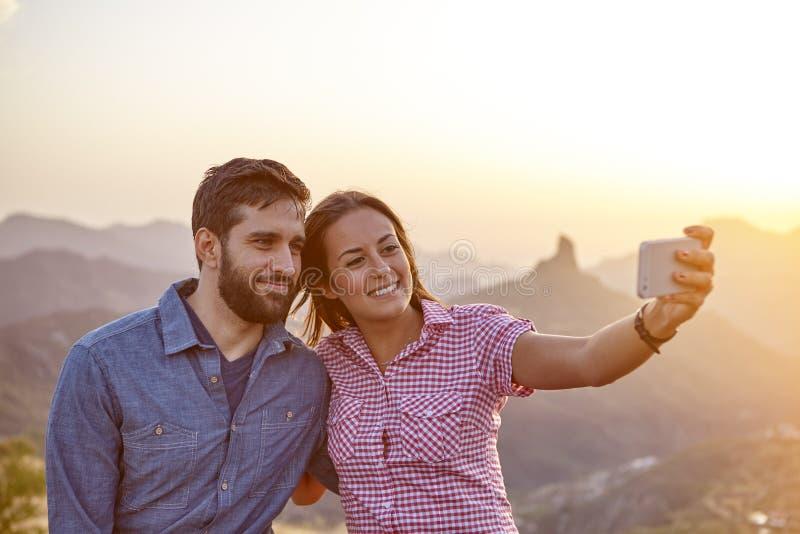 Download Jeunes Couples Sur Un Dessus De Montagne Image stock - Image du type, mâle: 76080213