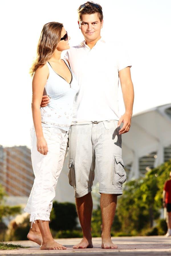 Jeunes couples sur une promenade en stationnement images stock