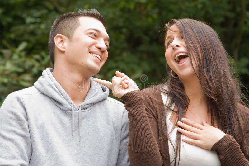 Jeunes couples taquinant et plaisantant image stock