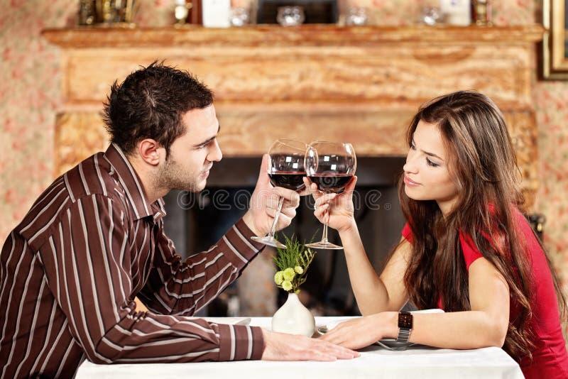 Acclamations de couples avec du vin photographie stock libre de droits