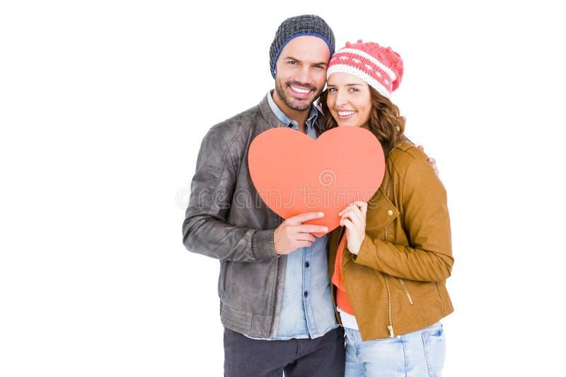 Jeunes couples tenant le grand coeur photo stock