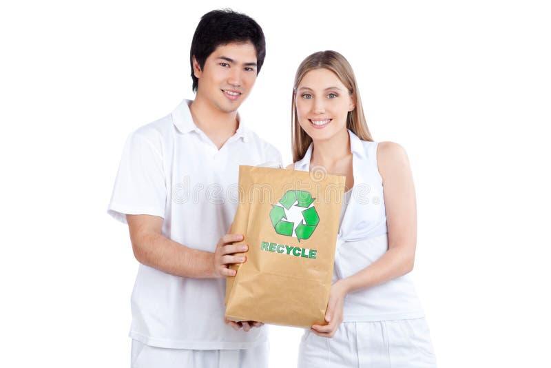Jeunes couples tenant le sac de papier images stock