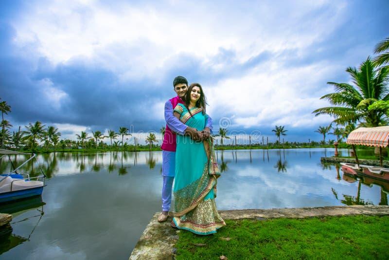 Jeunes couples traditionnels indiens photographie stock