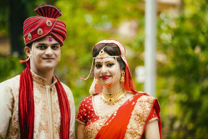 Jeunes couples traditionnels indiens mariés images libres de droits