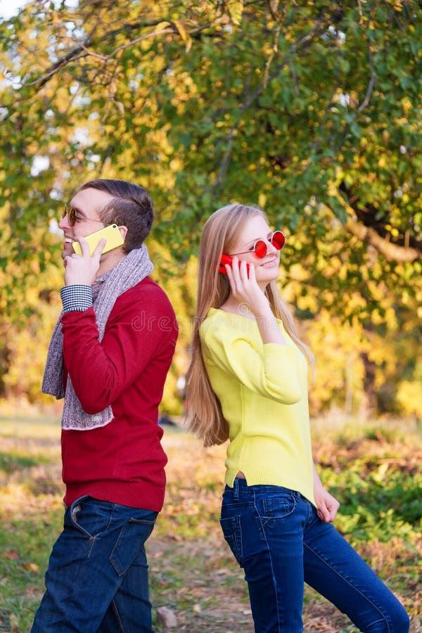 Download Jeunes Couples Utilisant Téléphones Portables Jeunes Couples Se Parlant Par Le Téléphone Portable Photo stock - Image du message, drôle: 76090116