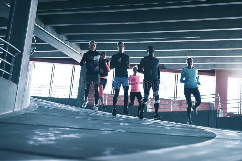 Jeunes coureurs dans la formation de vêtements de sport image libre de droits