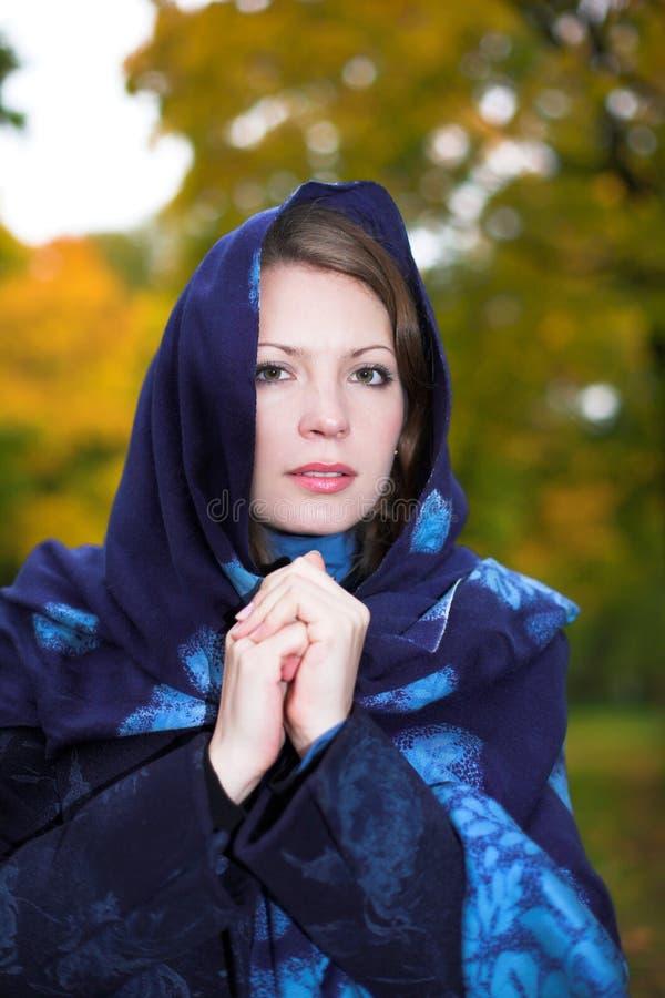 jeunes couverts de femme de verticale de tête de forêt image libre de droits