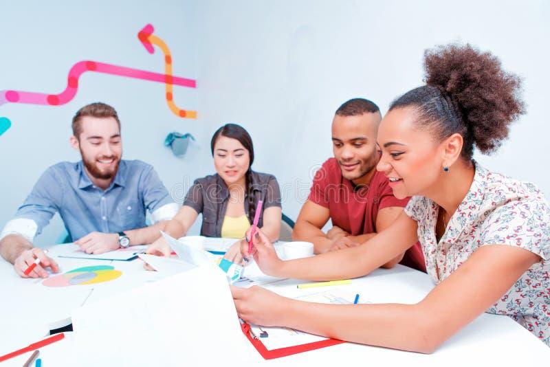 Jeunes créatifs à la séance de réflexion images stock