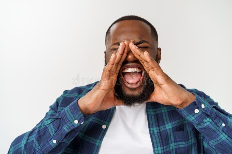 Jeunes cris afro-am?ricains d'homme cri Homme ?motif criant ?motions humaines, concept d'expression du visage image libre de droits