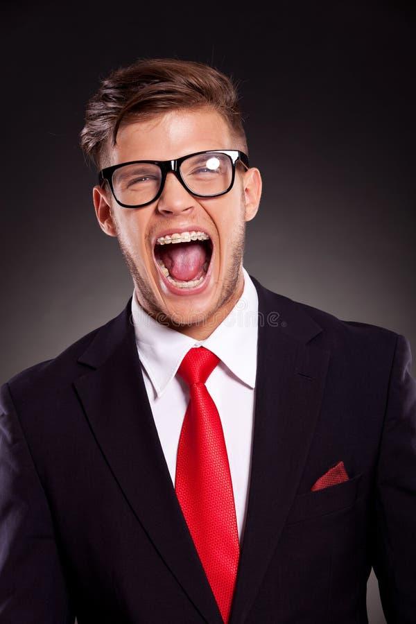 Jeunes cris d'homme d'affaires images stock