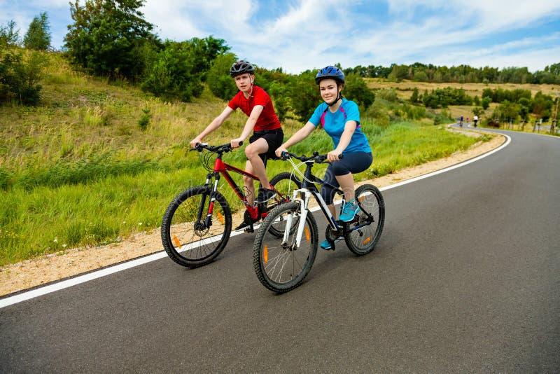 Jeunes cyclistes image stock