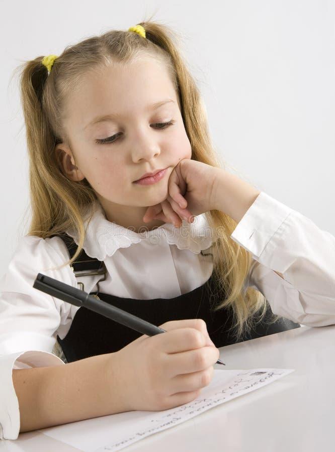 jeunes d'écriture d'écolière de salle de classe photos stock
