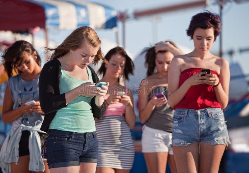 Jeunes dames à l'aide de leurs téléphones photo libre de droits