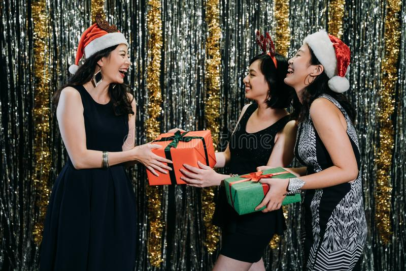 Jeunes dames de Noël échangeant des cadeaux photo libre de droits