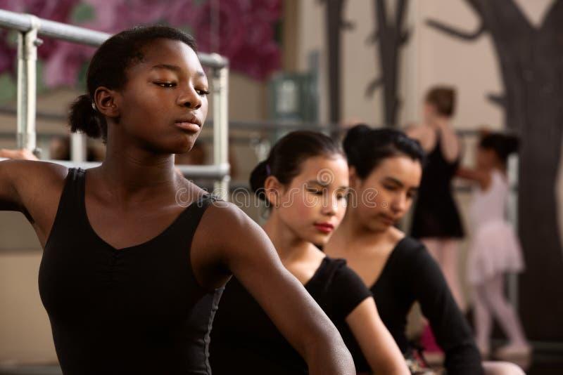 Jeunes danseurs sérieux photo stock