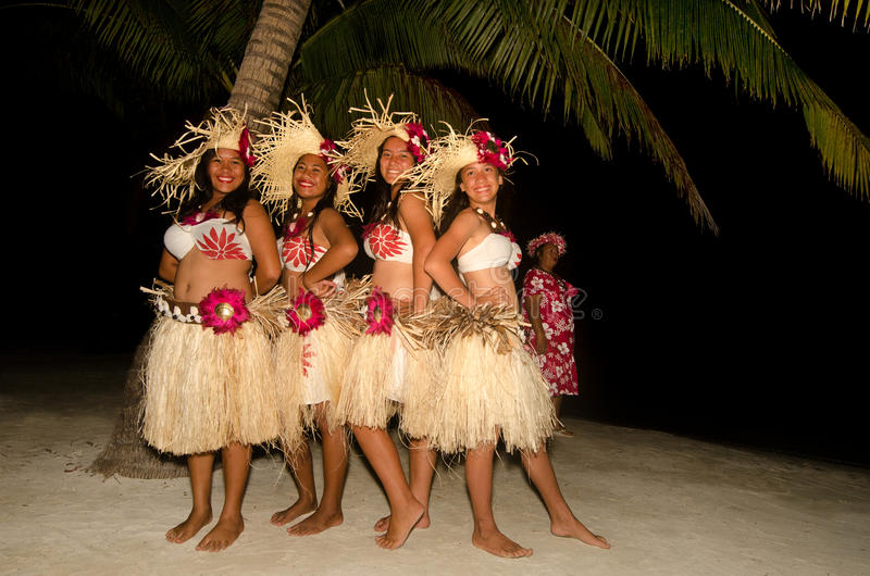 Jeunes danseuses polynésiennes de femme de Tahitian de l'île du Pacifique photo libre de droits