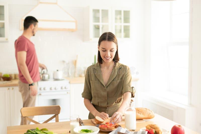 Jeunes dates dans la cuisine images stock