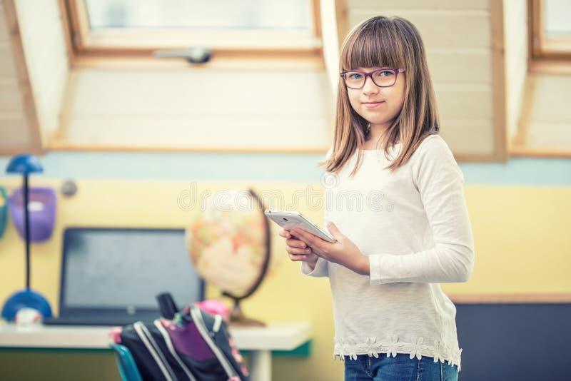 Jeunes de belle fille de la préadolescence avec le PC d'ordinateur portable de comprimé Technologie d'éducation pour des adolesce photographie stock libre de droits