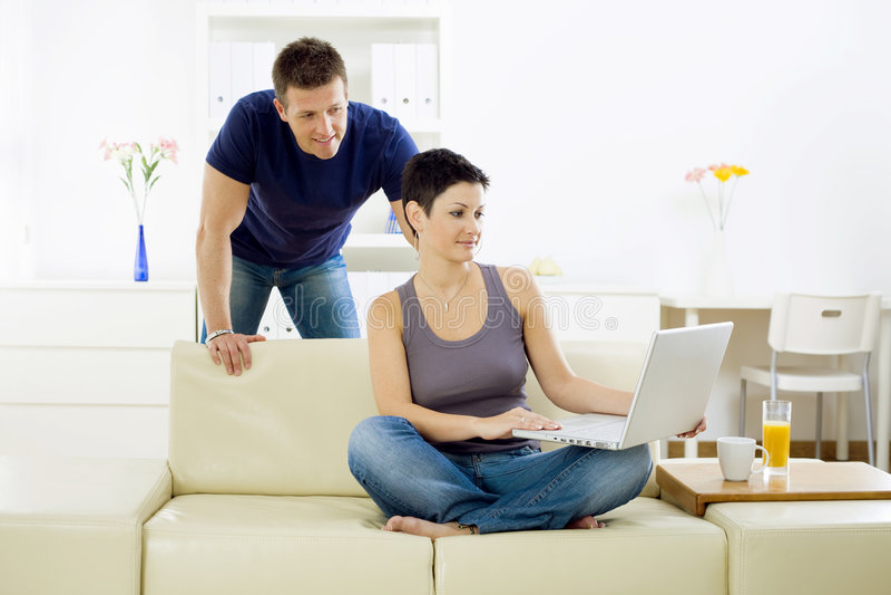 jeunes de couples d'ordinateur photographie stock