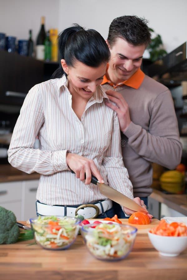 jeunes de cuisine de couples photo libre de droits