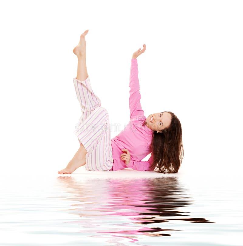 jeunes de détente roses de femme de pyjamas photographie stock