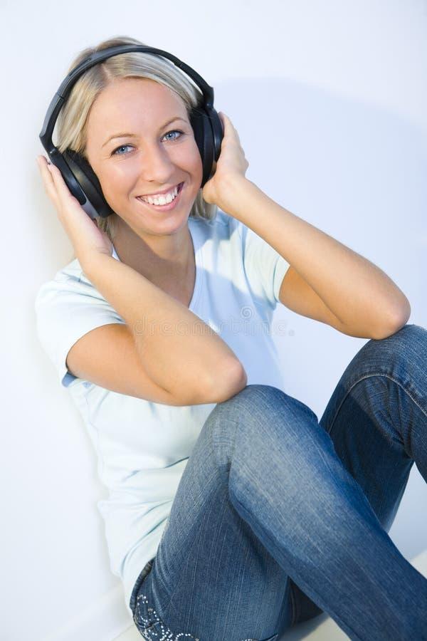 jeunes de femme d'écouteur photo stock