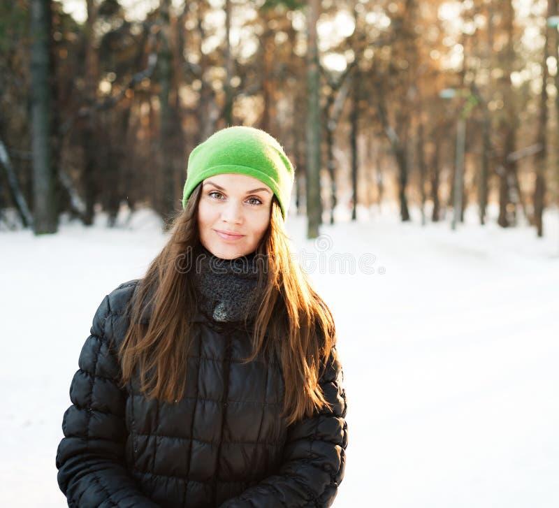 jeunes de femme de l'hiver de verticale image stock
