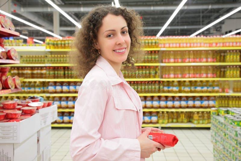 Jeune Femme Dans La Boutique Photographie Stock