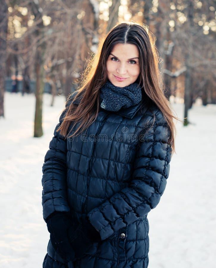 jeunes de femme de l'hiver de verticale photos stock