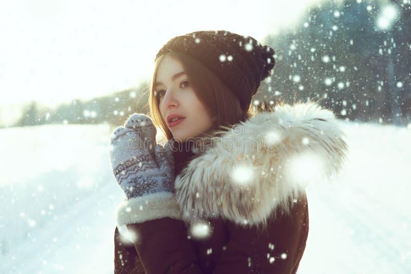 jeunes de femme de l'hiver de verticale DOF peu profond Jeune femme à l'hiver photos stock