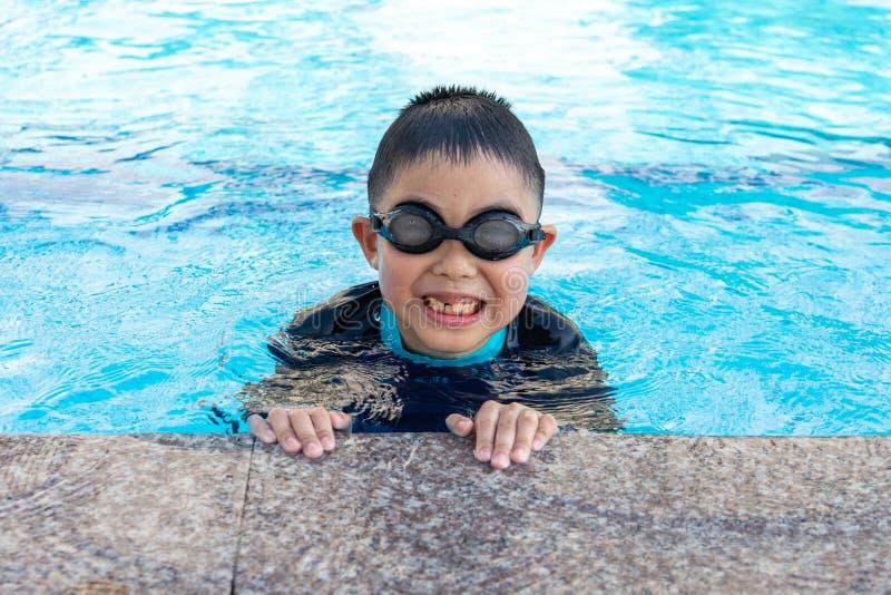 jeunes de natation de regroupement de gar?on image libre de droits