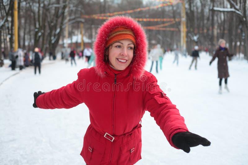 jeunes de patinage de femme de patinoire de stationnement photos libres de droits