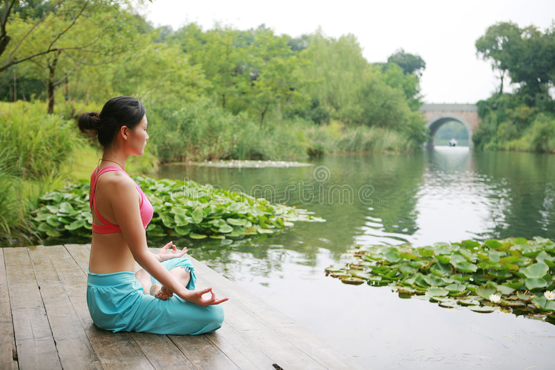jeunes de pratique extérieurs chinois de yoga de femme photos stock