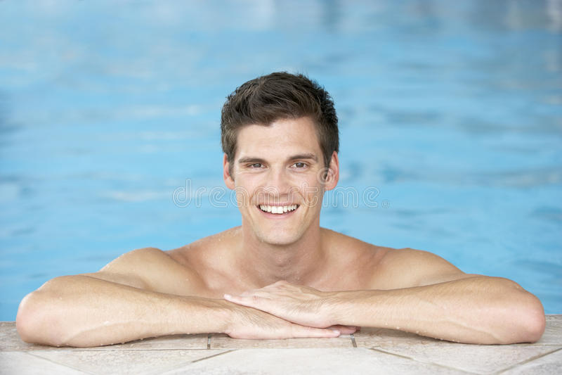 jeunes de repos de natation de regroupement d'homme de bord images libres de droits