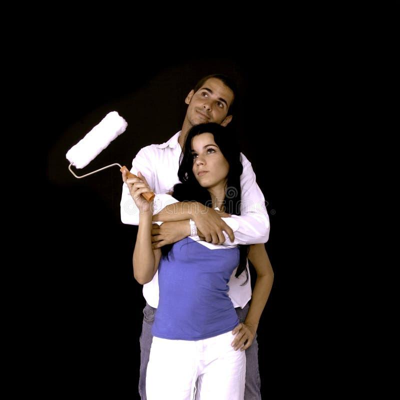 jeunes de rouleau de peinture de couples photos libres de droits
