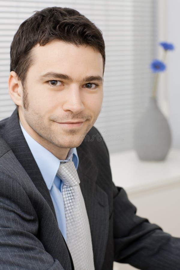 jeunes de sourire d'homme d'affaires photos stock
