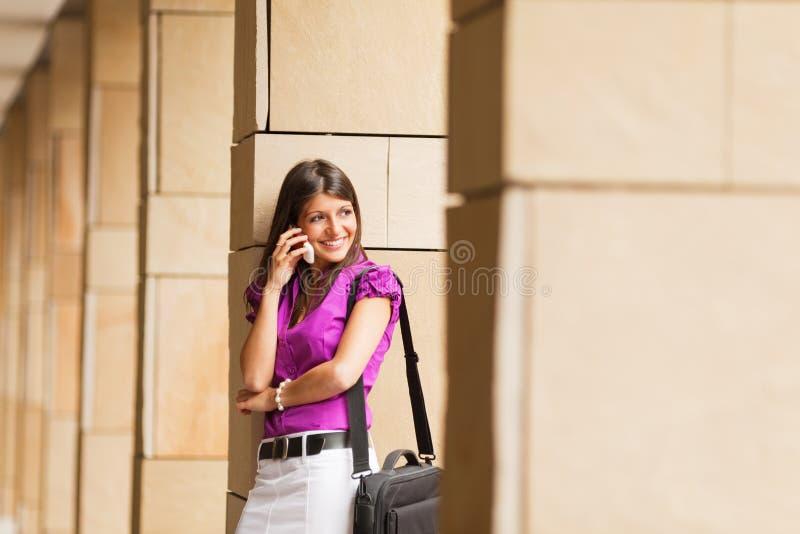 jeunes de téléphone de femme d'affaires photo libre de droits