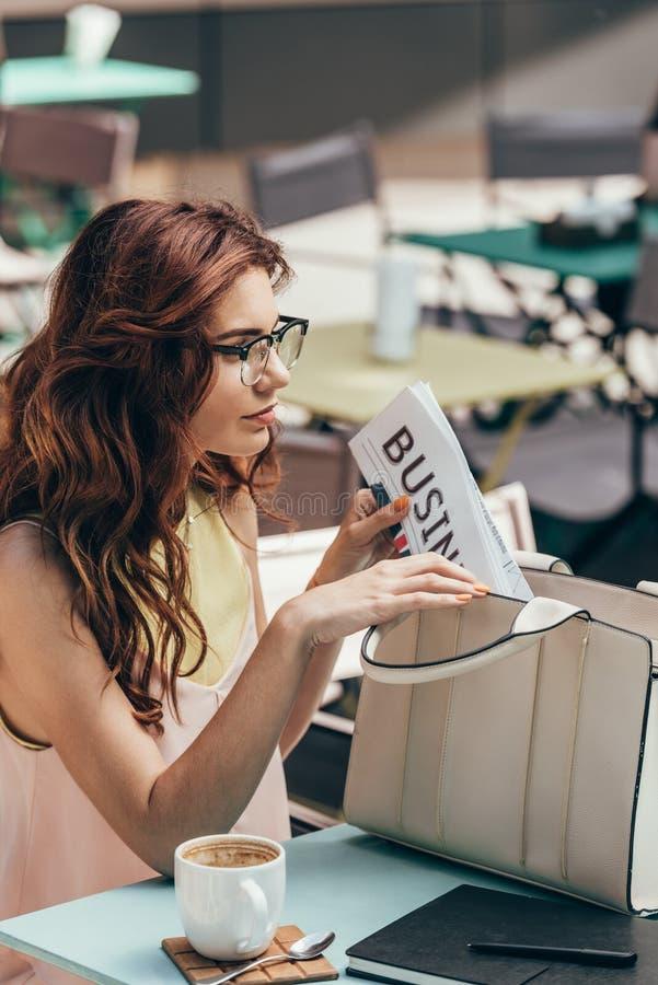 jeunes de vue de côté de femme d'affaires photos stock