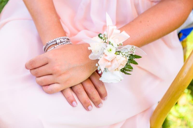 Jeunes demoiselles d'honneur avec le bracelet de fleur photographie stock