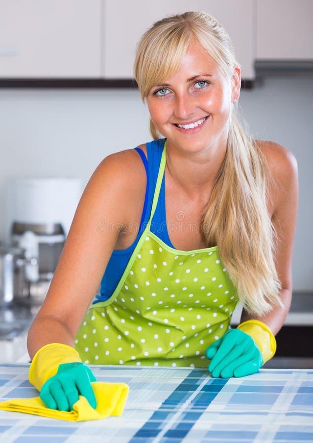 Jeunes dessus de cuisine de saupoudrage de domestique photo libre de droits