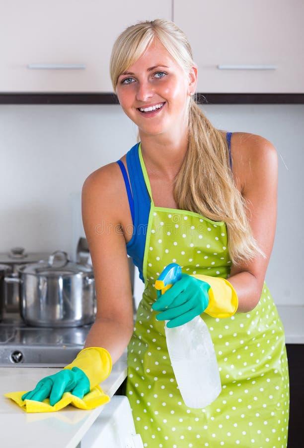 Jeunes dessus de cuisine de saupoudrage de domestique image stock